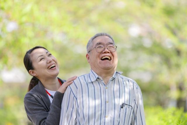 笑顔の女性と老人