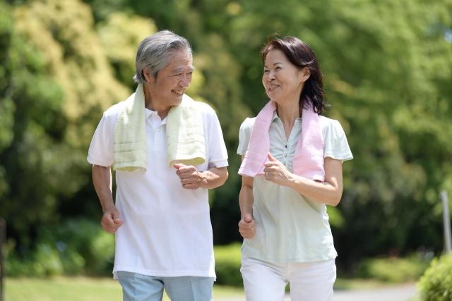 ランニングする 高齢者 夫婦