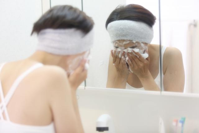 洗顔している人の様子